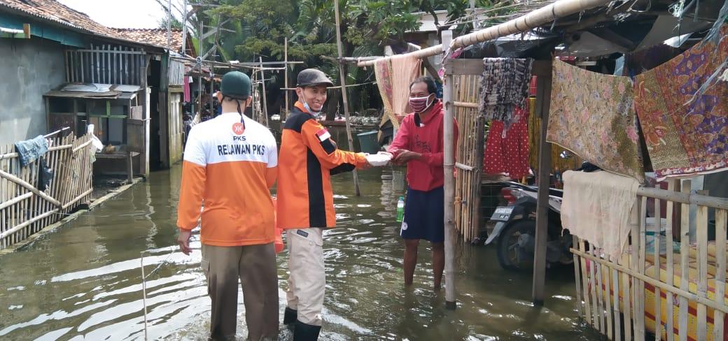 Totalitas Layani Rakyat, Aleg PKS Bagikan Bantuan Korban Banjir dari Rumah ke Rumah